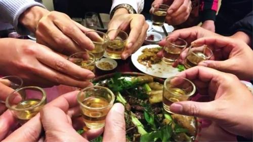 Bia rượu là tác nhân số 1 khiến bệnh gút khởi phát.