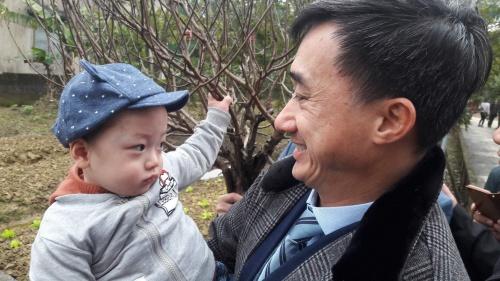 Cậu bé tỏ ra khá dạn, người nào bế cũng theo. Ảnh bé Gấu và giáo sư Trần Văn Thuấn, Giám đốc Bệnh viện K: T.B.