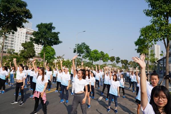 Các bệnh nhân ung thư cùng những tình nguyện viện tham gia nhảy flashmob. Ảnh: L.P