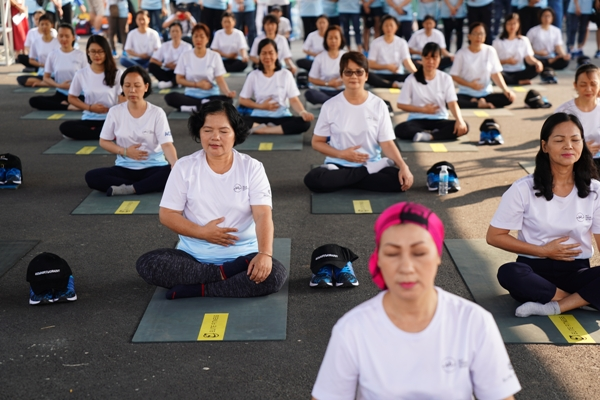 Các bệnh nhân ung thư tham gia tập yoga. Ảnh: L.P