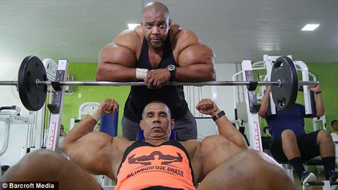 Hai anh em mơ có cơ bắp giống 'Kẻ hủy diệt'