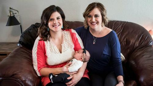 Jenny (phải) gửi tặng toàn bộ sữa cho mẹ con Dianne (trái) để cứu sống em bé Merrytt. Ảnh:Elise Hurst Photograph.
