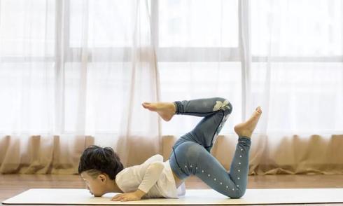 cau-be-7-tuoi-kiem-duoc-hang-tram-trieu-nho-day-yoga