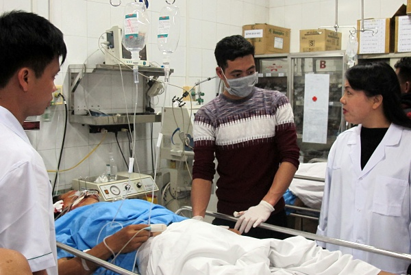 Bộ trưởng Y tế Nguyễn Thị Kim Tiến (áo blu trắng bên phải) thăm hỏi một bệnh nhân bị tai nạn giao thông. Ảnh: Nam Phương.