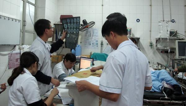 Các bác sĩ Bệnh viện Hữu Nghị Việt Đức tất bật hội chẩn cấp cứu bệnh nhân ngày Tết. Ảnh: Nam Phương.