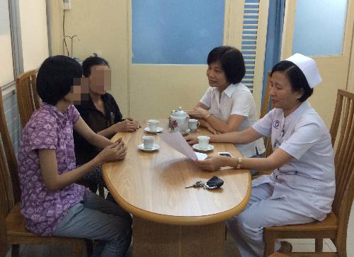 Bác sĩ Ngọc Thu (bên trong) và đồng nghiệp tham gia tư vấn gia đình người hiến tạng. Ảnh: D.T