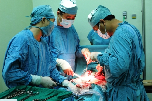 Các bác sĩ Bệnh viện Phụ sản Thành phố Cần Thơ đang phẫu thuật cấp cứu một trường hợp bị biến chứng thai kỳ. Ảnh: TT.
