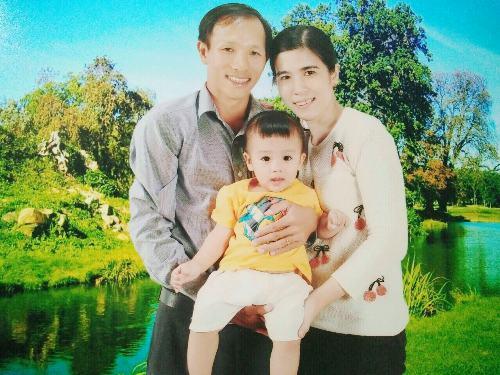 Vợ chồng chị Bạch Tuyết và con trai. Ảnh: NVCC.