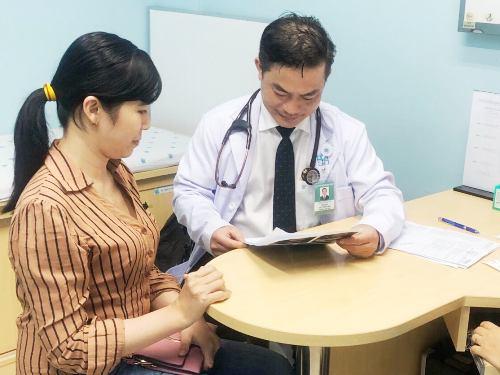 Bác sĩ Trần Hòa chẩn đoán chị Tuyết bị tăng cholesterol máu nặng, một căn bệnh hiếm gặp với tỷ lệ 1/1.000.000 người. Ảnh: TH.
