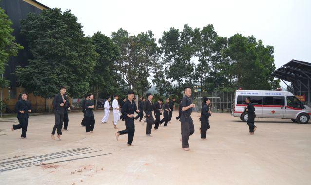 Cấn bộ nhân viên y tế tập võ tại Bệnh viện Đa khoa Hùng Vương. Ảnh: BVCC.