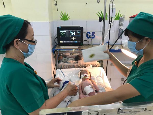 Trên đường chuyển viện, sản phụ sinh bé gái có ruột ngoài ổ bụng