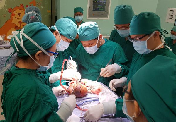 Bác sĩ phẫu thuật cho bé gái chiều 14/3. Ảnh bác sĩ cung cấp.
