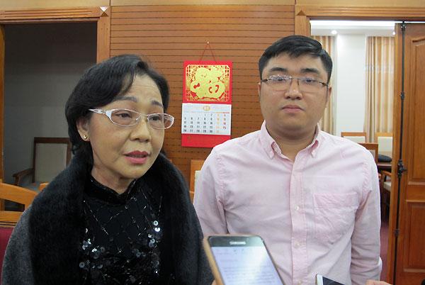 Anh Nguyễn Trung Quân (bên phải) và mẹ. Ảnh: Nam Phương.