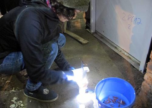 Thả hóa chất diệt bọ gậy tại vũng nước đọng trong công trường xây dựng. Ảnh: N.P