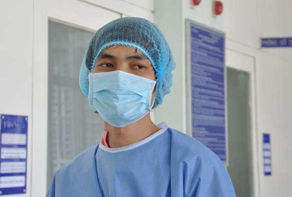 Chàng trai ghép tim khỏe mạnh đi dạo ở hàng lang bệnh viện ngày 19/3. Ảnh: L.P.