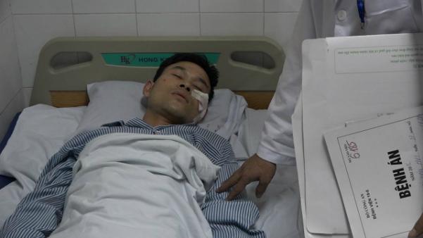 Chiến sĩ cứu hỏa nằm tại Bệnh viện 198. Ảnh: L.N