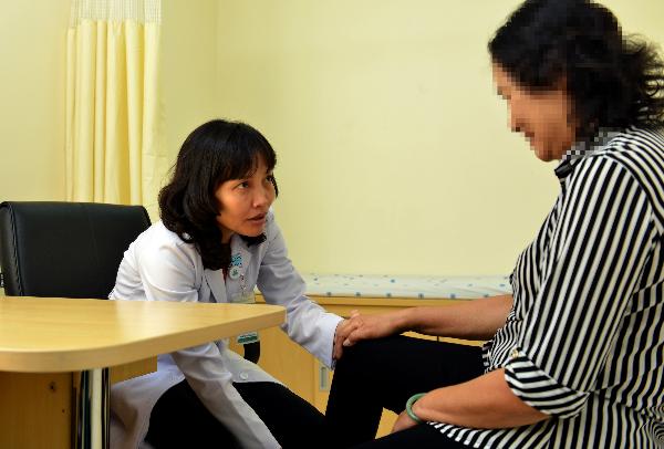 Bác sĩ Ngọc thăm khám khớp gối cho bệnh nhân. Ảnh: N.P