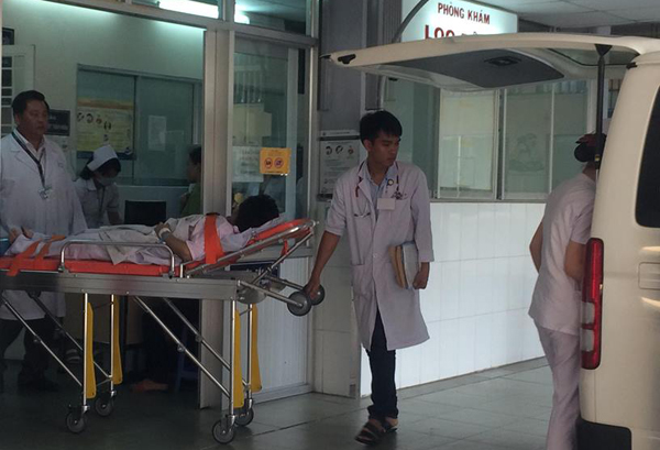 Bệnh nhibị ngạt khí trong đám cháy chung cư được đưa vào cấp cứu tại Bệnh viện Nhi Đồng 1. Ảnh: Lê Phương.
