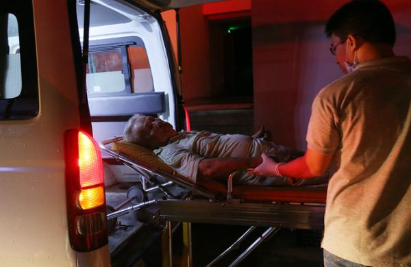 Trời vẫn chưa sáng, hiện trường cúp điện nên việc cấp cứu nạn nhân được tiến hành trong bóng đêm. Ảnh: Quỳnh Trần.