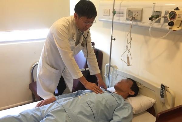 Bác sĩ Thao thăm khám người bệnh. Ảnh: H.M