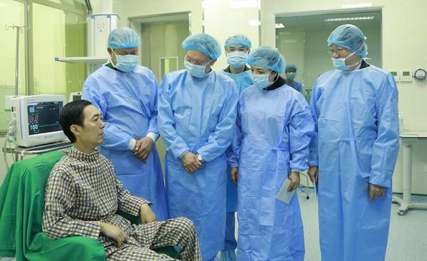 Lãnh đạo ba Bộ Quốc phòng, Y tế và Khoa học công nghệ thăm bệnh nhân ghép phổi.