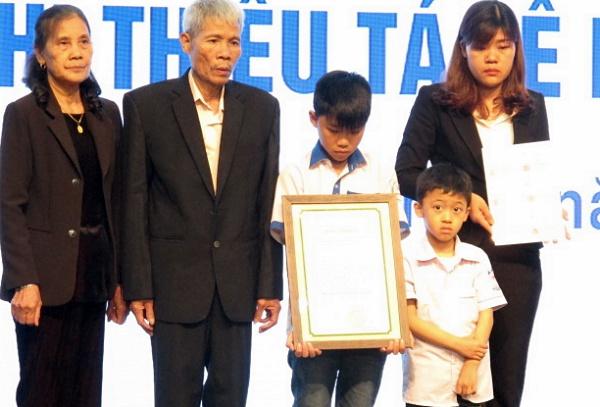 Gia đình thiếu tá Ninh nhân tại lễ tôn vinh.