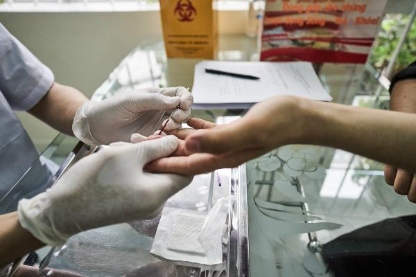 Bệnh nhân lấy máu xét nghiệm HIV tại phòng khám. Ảnh: N.A