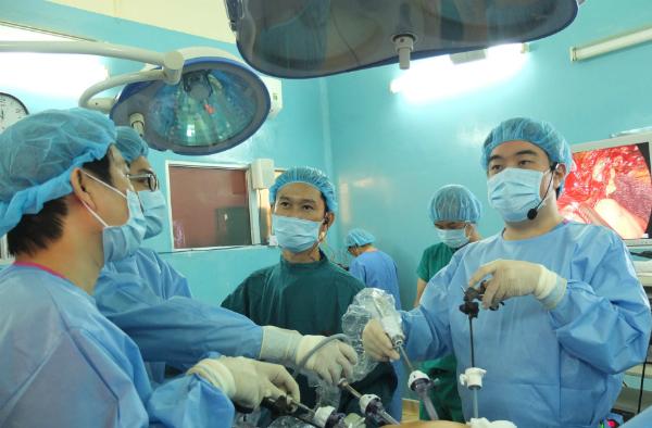 Bác sĩ phẫu thuật cắt khối u dạ dày với chất nhuộm màu. Ảnh: T.N