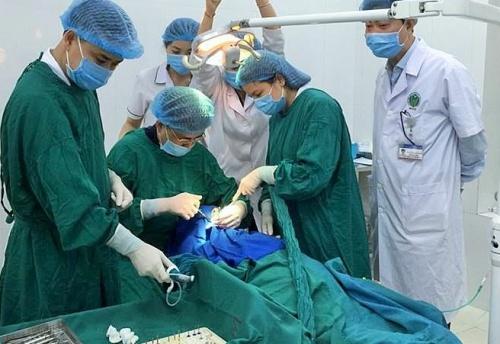 Ca phẫu thuật trồng răng implant cho cụ bà. Ảnh do bệnh viện cung cấp.