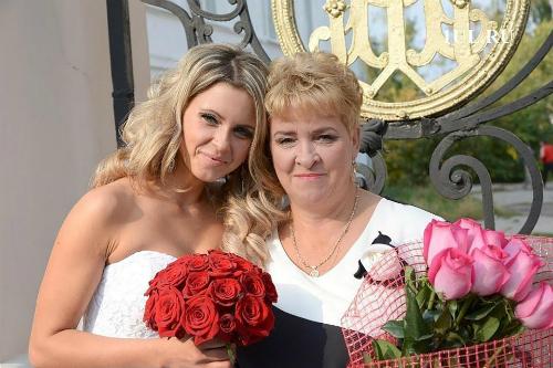 Ekaterina bên mẹ trong ngày cưới. Ảnh:East2west.
