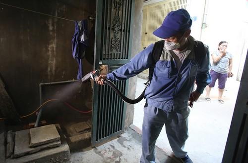 Phun xịt thuốc diệt muỗi để phòng bệnh sốt xuất huyết.
