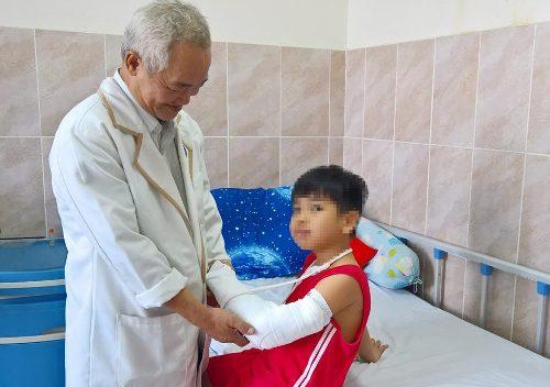 Bệnh nhi 8 tuổi bó thuốc nam không rõ nguồn gốc gây biến chứng nặng. Ảnh: C.K