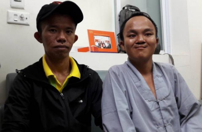 Thiện Quy và tổ trưởng Câu lạc bộ xuyên Việt. Ảnh: L.N.