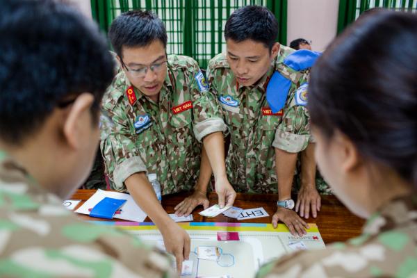 Cán bộ, nhân viên bệnh viện dã chiến thực hành huấn luyện theo hướng dẫn của chuyên gia nước Anh