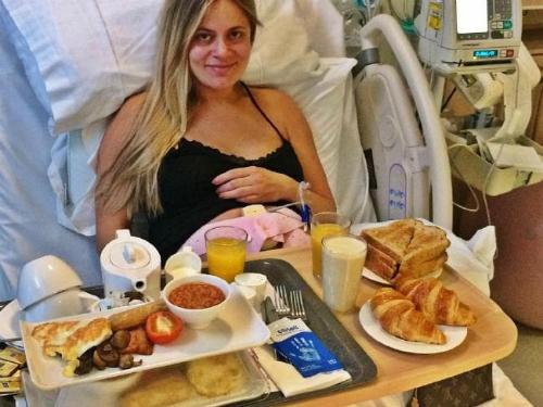 Ana bên bữa sáng thịnh soạn trước lúc sinh nở. Ảnh: News.