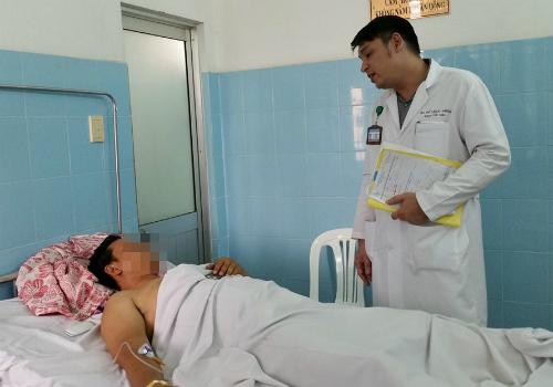 Một bệnh nhân bị rách niệu đạo do tai nạn ghe điều trị tại Bệnh viện Bình Dân. Ảnh: T.N