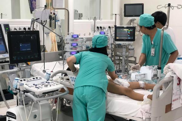 Bé trai được vận hành hệ thống ECMO để cứu sống. Ảnh bệnh viện cung cấp.