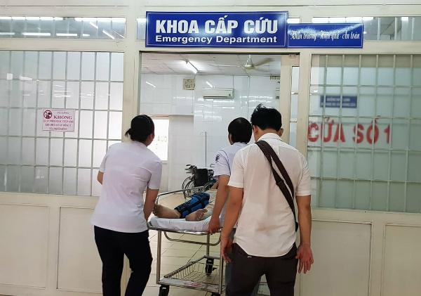 Bệnh nhân được đưa vào cấp cứu tại bệnh viện. Ảnh: Lê Phương.