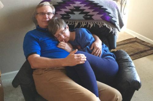 Phyllis ngủ ngon trong vòng tay chồng dù chẳng còn nhận ra ông. Ảnh: Kelli Taylor.