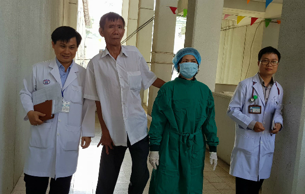 Chị Hương khỏe mạnh xuất viện bên cạnh chồng. Ảnh: Lê Phương.