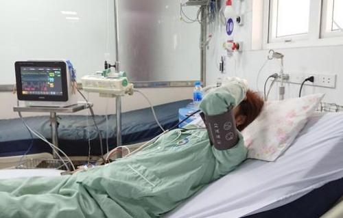 Nữ bệnh nhân đang được theo dõi sát tại bệnh viện. Ảnh: P.T.