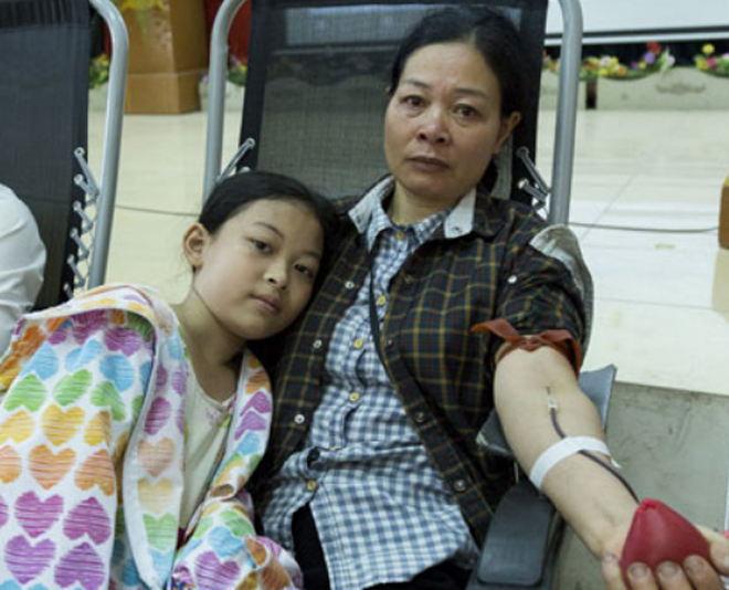 Chị Lương cùng con gái thứ hai hiến máu. Ảnh: Công Thắng.