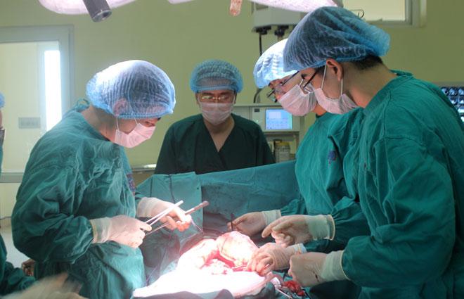 Khối u nặng hơn 10 kg dính vào nội tạng người đàn ông - ảnh 1
