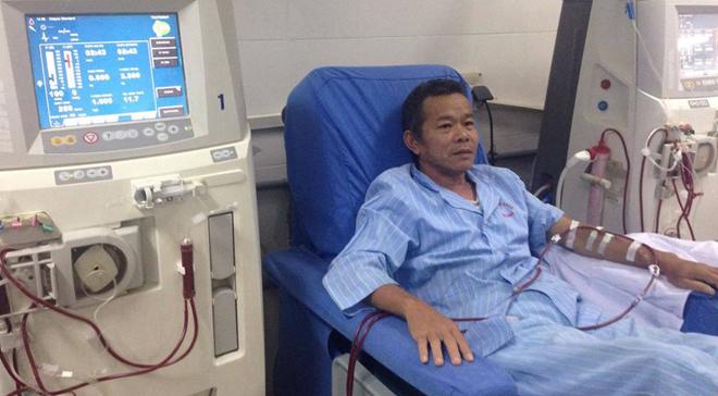 Bệnh nhân đang chạy thận lọc máu tại bệnh viện.Ảnh: L.N.