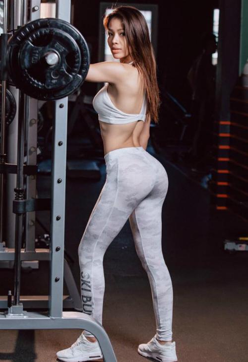 Người đẹp sinh năm 1983 gắn bó với yoga và gym, thay đổi cuộc sống.