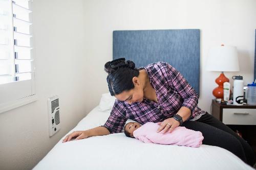 Nichelle bên con gái Elianna 3 tuần tuổi. Ảnh: NYT.