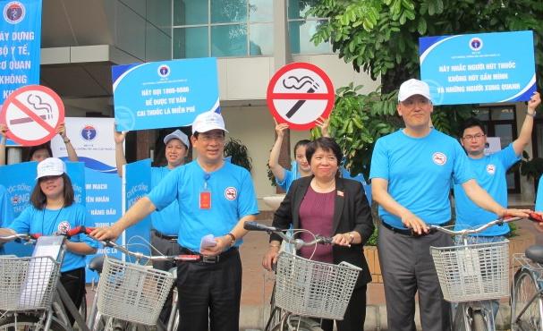 WHO khuyến cáo Việt Nam cần tăng thuế thuốc lá mạnh hơn nữa để giảm có hiệu quả tỷ lệ người hút thuốc lá.