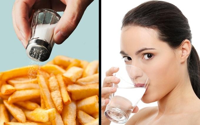 7 dấu hiệu bạn đang ăn quá nhiều muối