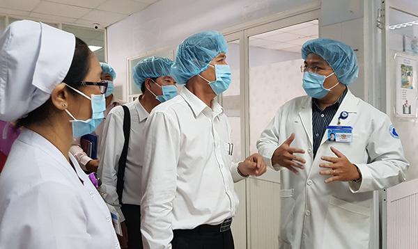 Kiểm tra công tác phòng chống dịch cúm tại Bệnh viện Từ Dũ. Ảnh: Lê Phương.
