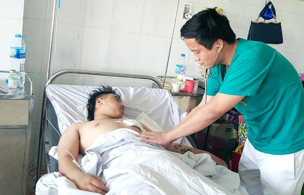 Kíp cấp cứu vừa chạy vừa đẩy người bị đâm thấu tim vào phòng mổ - ảnh 1